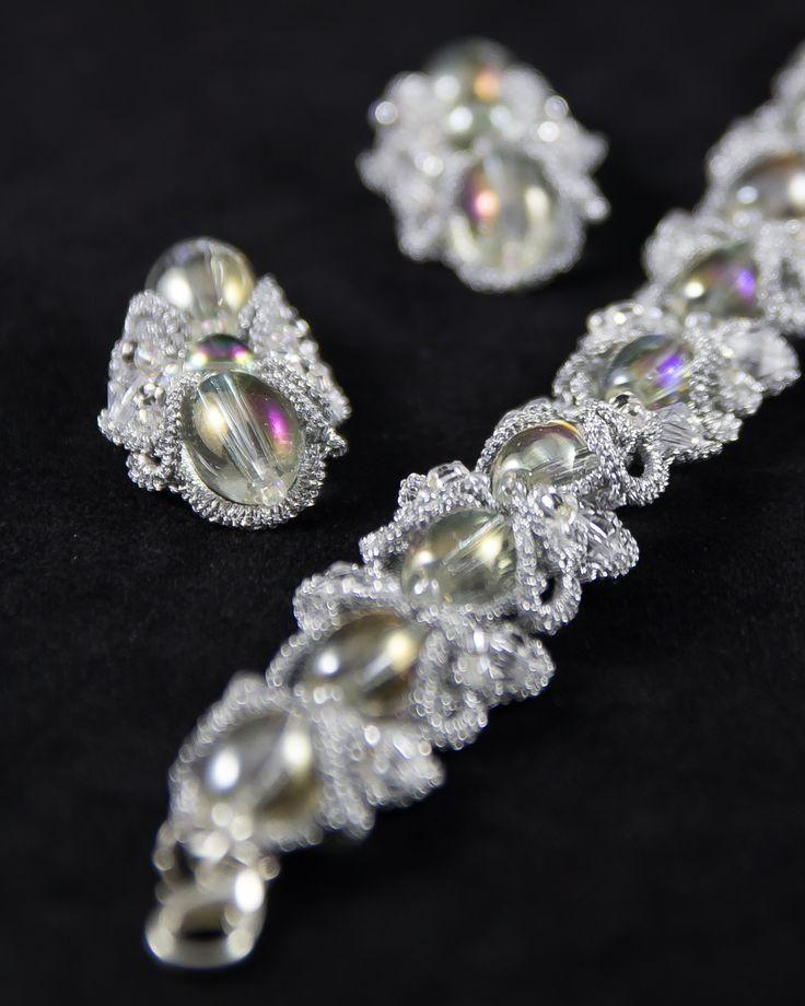 Unikalny komplet biżuterii ślubnej wykonany w technice frywolitki Ankars, charakteryzującej się użyciem dużej ilości koralików.
