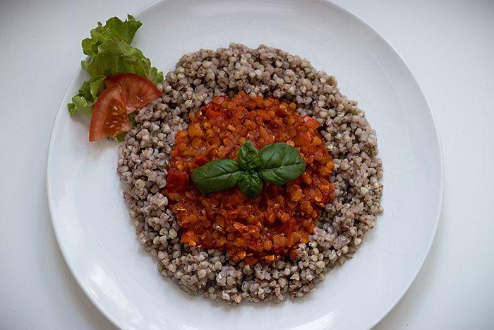 Dies ist ein sehr leicht zu kochendes und gleichzeitig äußerst gesundes veganes Buchweizen-Rezept, das bei uns von allen Familienmitgliedern sehr gemocht wird.
