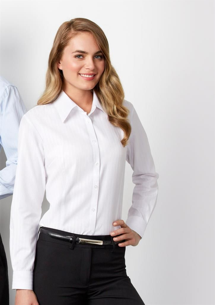 Super smart white blouse and black pants for the office for White shirt black pants