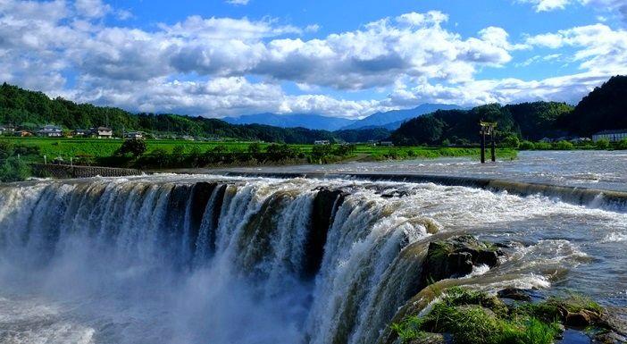 まるでナイアガラの滝!田園地帯に突如現れる大分の『原尻の滝』