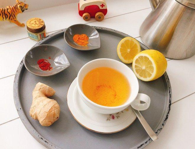 Tee aus Kurkuma, Heilmittel bei Erkältung, mit Ingwer und Zitrone