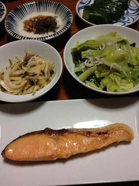 鮭は頂き物。なんと時知らず! - 11件のもぐもぐ - 焼き鮭、キャベツとシラス炒め、新玉ねぎとめかぶのマリネ、とろろ・なめこ。 by raku0dar