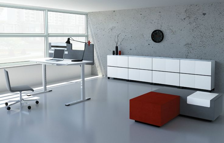 Werkplek aan huis inrichten met witte kantoorkasten | A home office with white cabinets along the wall