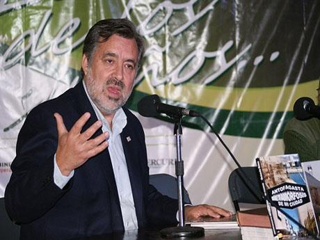 Alejandro Guillier, sociólogo y periodista dictando una charla en Filzic 2011.