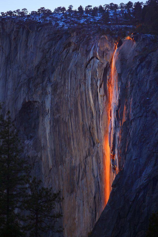 Les chutes de feu du parc Yosemite Horsetail Fall est l'une des plus époustouflantes chutes d'eau du parc national de Yosemite aux États-Unis. Cette chute a la particularité de donner l'illusion d'une cascade de feu sous l'action spécifique des rayons du Soleil. Le phénomène est rare, visible que quelques jours par an en hiver.