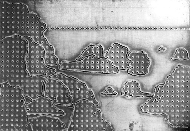 Perforovaný plech ke grafice Skaliska výtvarnice Aleny Kučerové je z roku 1969.