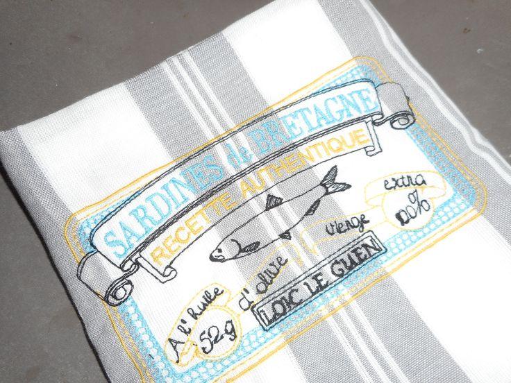 """Torchon brodé """"sardines de bretagne"""" blanc, gris, jaune, bleu, noir; broderie machine, rayures, : Textiles et tapis par miss-coopecoll"""