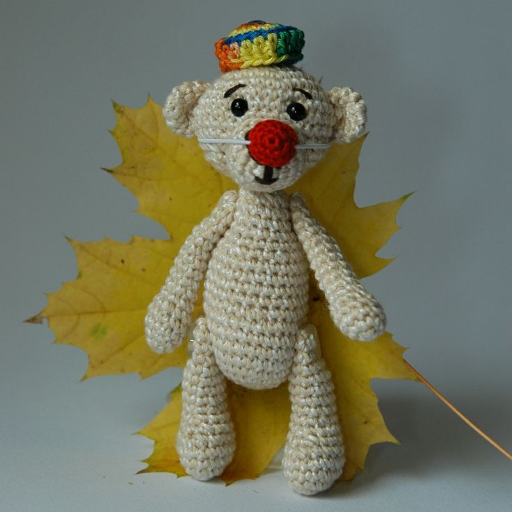 """Podzim medvídka Klauna """"Vzadu v koutku seděl starý unavený medvídek. Měl na hlavě zmačkaný klobouk a na krku na gumičce klaunský nos. Bylo na něj smutno podívat. Podzim... i ten klaunů... umí být depresivní. Pak na něj ale někdo zavolal. Medvídek si nasadil nos, posunul kloboukhlouběji do čela a stáří zmizelo... pořád ještě uměl předstírat... pořád ještě uměl ..."""