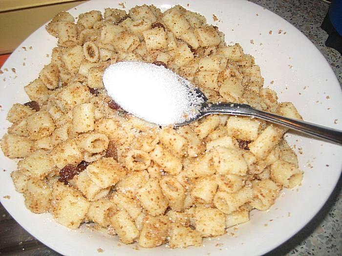 Ingrediente: un pachet de macaroane ( de 500 g, sau orice tip de paste doriti), 300 g nucă măcinată, 4 linguri zahăr, 3-4 linguri ulei, o lingurită scortisoară, 50g pesmet, o lingurită esentă de vanilie Mod de preparare: Se pun macaroanele la fiert in apa clocotită cu sare si se fierb circa 10 minute. Cand …