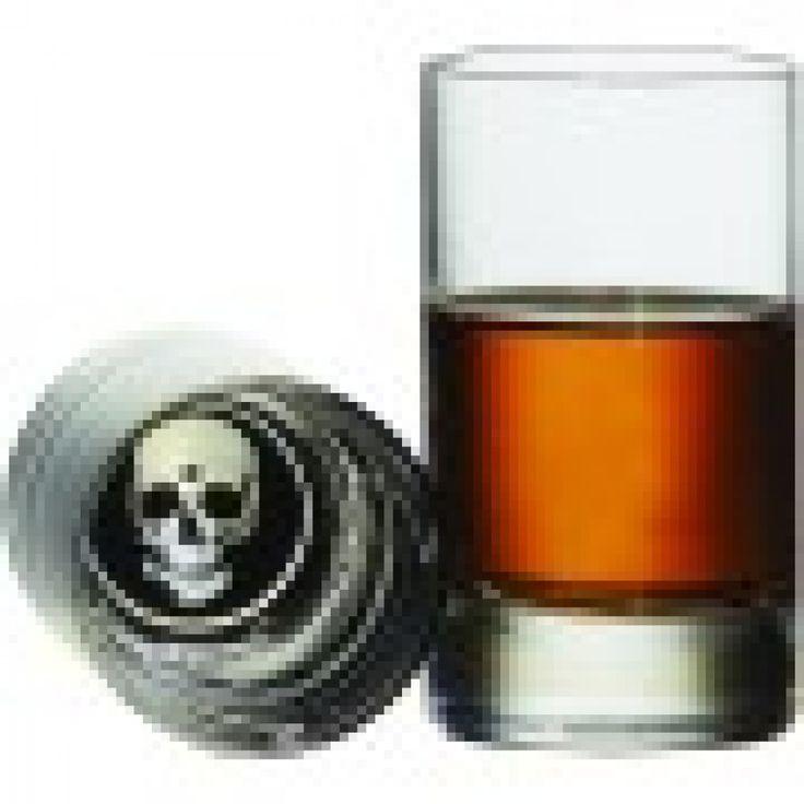 Ensemble de 4 verres à shooter skull pirate ,tête de mort  chaque fois que vous trinquer une tête de mort vous attend au fond du verre. c 'est un ajout parfait pour le bar a la maison qui ne laissera personne indifférent .