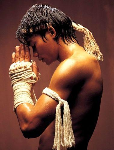 Auteur inconnu - Tony Jaa, muay-thaï (boxe thaïlandaise) warrior, dans le film Ong Bak