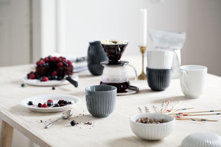 Het mooie Hammershøi servies van Kähler op de koffietafel. Klassiek en modern te gelijk. Handgemaakt keramiek - Deens design