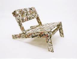 Beschilderde stoel van oude pallets.