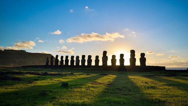 """Ahu Tongariki, Isla de Pascua Ubicado en Hanga Nui, en la costa sudeste a sólo 2 kilómetros de la cantera de Rano Raraku,  es la plataforma ceremonial más majestuosa de toda la isla. Una de las maravillas de Ahu Tongariki es el indescriptible espectáculo que regala al amanecer. Entre el 21 de Diciembre, """"solsticio de verano"""", y el 21 de marzo, """"equinoccio de otoño"""", el sol sale por la parte posterior del Ahu, entre sus gigantescas esculturas de piedra, regalando unas imágenes inolvidables."""