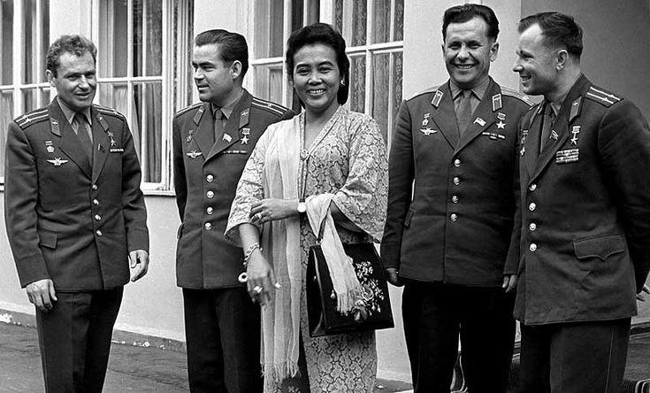 Istri dari Mayor Jendral Ahmad Yani berfoto bersama dengan Kosmonaut Soviet (dari kiri ke kanan) Gherman Titov, Andrian Nikolaev, Pavel Popovich dan Yuri Gagarin.