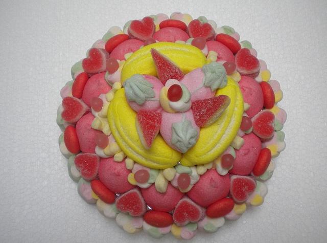 Torta di caramelle #caramelle #torta #rosso #marshmallow http://www.lemilleeunamella.it/