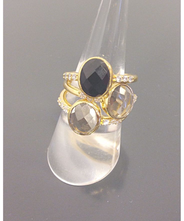 Silver plated ring with a onyx, moonston or smoke quartz. DKK 499.