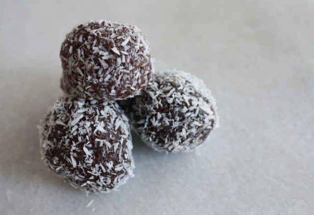 Make these honey spirulina energy balls in 10 minutes.