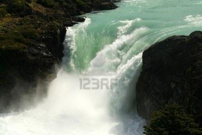 esta hermosa cascada del rio paine se encuentra en la patagonia chilena, muy cerca de las famosas torres del paine.