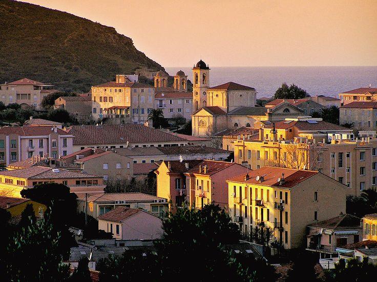 L'Île-Rousse (Corse) - La ville au couchant, clochers de l'église paroissiale et…