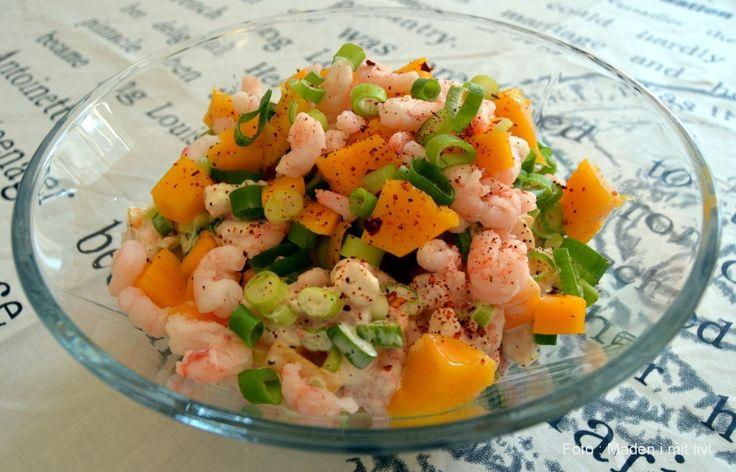Fantastisk opskrift på rejesalat med forårsløg, mango og chili. Nem at lave og super lækker. Server til frokost eller forret med brød og måske grøn salat.