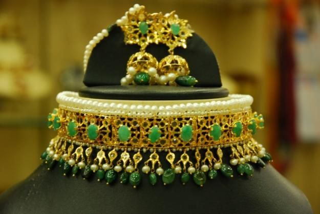 Hyderabad jewelry - laccha crafted con terpart to previous ruby set,this time with emeralds, set in a lovely authentic Indian traditional style of jewelery.