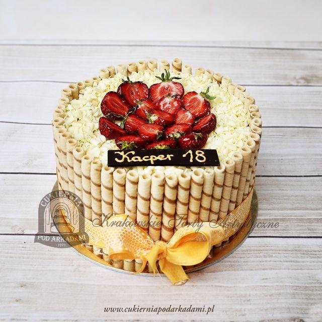 15BC Tort z rurkami z kremem, wiórkami czekolady i truskawkami. Birthday cake decorated with cream rolls, white chocloate and strawberries.