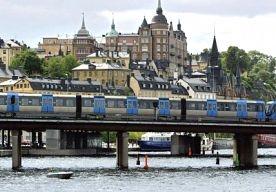 9-Jun-2013 9:49 - MACHINISTEN ZIJN TRAVESTIET UIT PROTEST. Zweedse treinmachinisten mogen volgens de regels van vervoerder Arriva geen korte broek dragen, maar wat wel mag is een rok. En dus besloot het personeel van de Roslagsbanan-lijn, in het noorden van de Zweedse hoofdstad te werk te gaan als travestiet. Twaalf mannelijke machinisten dragen een rok, zo bericht  de Daily Mail.