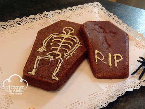 Esta es una receta de un ataúd de Halloween de Bizcocho, en su interior encontraras un esqueleto que quiere salir.Una receta terroríficamente deliciosa.