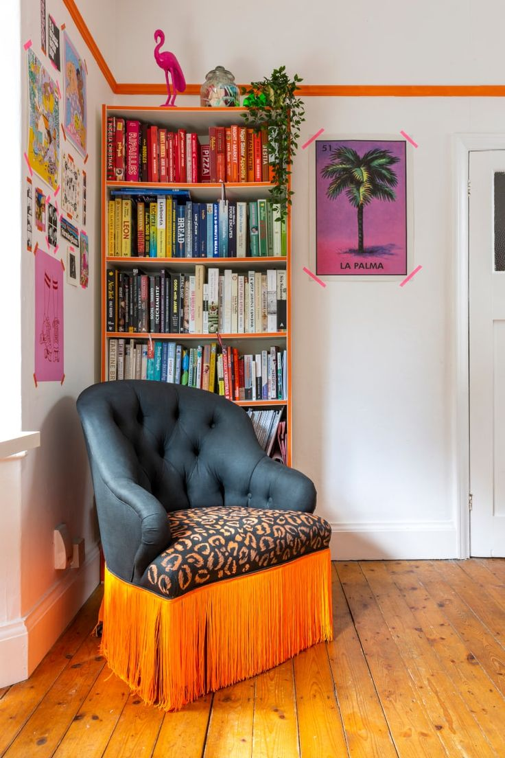 Video tour of a maximalist style rented Apartment in Birmingham UK. This rental has been injected with colour and personality through the use of contact paper (stickyvinyl) Rental Home Decor, Apartments For Rent, Diy Home Decor For Apartments Renting, Rental Decorating, Home Decor, Apartment Decor, Upcycled Home Decor, Home Buying, House Colors