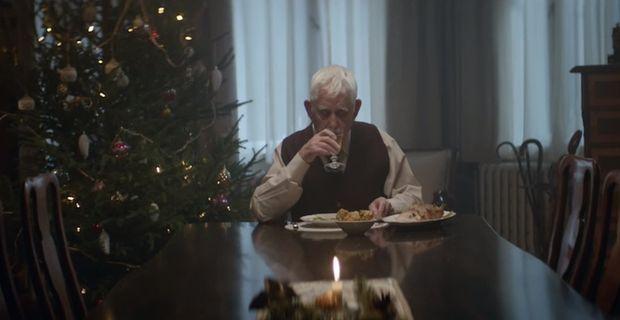 """Lo spot natalizio della catena dei supermercati tedesca Edeka sta conquistando (e commovendo) l'intero web.      Il protagonista è un uomo anziano rimasto solo a cenare nei giorni di vigilia che precedono il Natale, cosi escogita un """"terrificante"""" piano affinchè la sua famiglia si riurisca per festeggiare il Natale insieme come una volta: si finge morto. I famigliari in lacrime si riusiscono a casa del povero defunto ed è qui che rimangono esteraffati nel vedere il compianto anziano ancora…"""