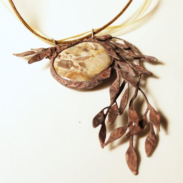 Smuteční vrba - zkamenělé dřevo Šperk vyrobený z cínu a zkamenělého dřeva. Je patinovaný a ošetřený antioxidačním činidlem. Přívěsek vám podle přání doplním stužkou nebo řetízkem. Velikost šperku je 9x7cm. (kámen má cca3cm v průměru) - by vevinka
