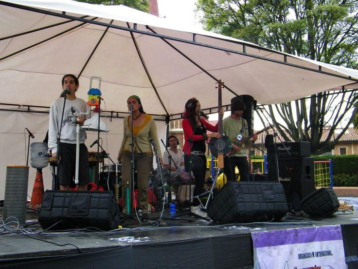 Latin Latas es un grupo colombiano que le apuesta a conservar el medio ambiente, de hecho, sus instrumentos están hechos con elementos reciclados.