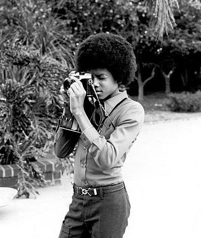 vintage everyday: Amazing Pictures of Celebrities with Their Vintage Cameras