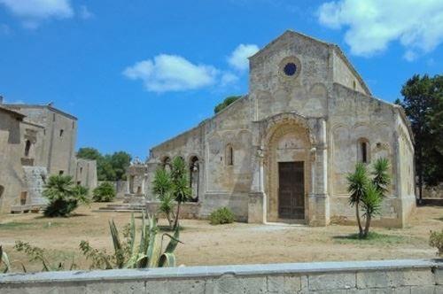 Nelle campagne di #Squinzano, a nord di #Lecce, sorge l'Abbazia di S. Maria di Cerrate, uno dei più vividi esempi di architettura romanica in terra pugliese.  Ci sei mai stato?  #TiPortoviaconMe #CosaVedereinPuglia #ViaggiareinPuglia