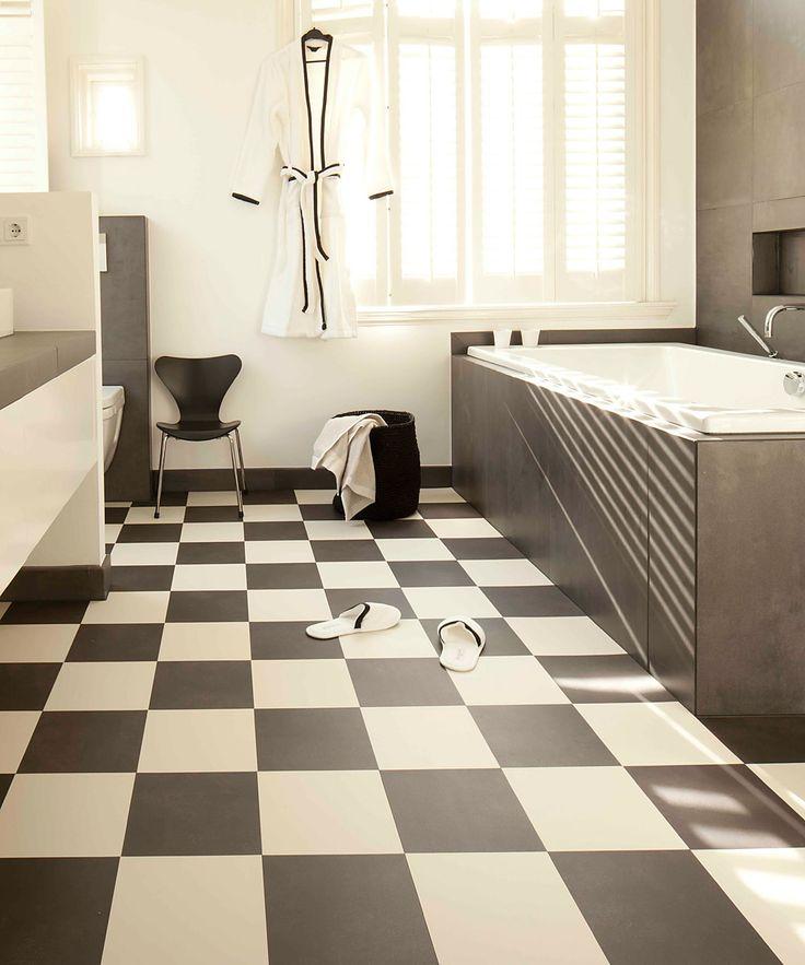Badkamer met zwart wit vloertegels van kunststof. Flexxfloors Stick (zelfklevend) is gemakkelijk zelf te leggen #badkamer #badkamervloer #zwartwit