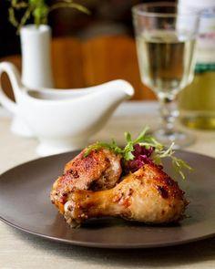 КУРИЦА В ПИКАНТНОМ МАРИНАДЕ, ЗАПЕЧЕННАЯ В ФОЛЬГЕ  Ингредиенты на 6 порций:  1 целая курица около 1,6 кг или аналогичное по весу количество окорочков или бедер  Для маринада:  3 ч.л. соевого соуса 3 ч.л. меда 3 ст.л. белого сухого вина 3 зубчика чеснока 2 ч.л. зернистой горчицы 1 ч.л. вустерского соуса (опционально) 0,5 ч.л. сушеного орегано соль по вкусу