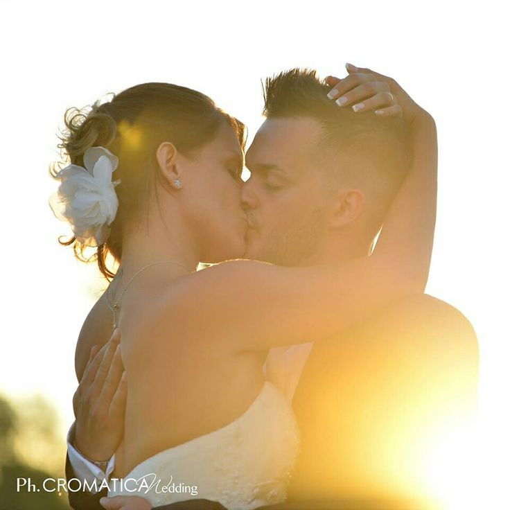 """Auguri agli Innamorati da Tratti d'Amore  """"Quando ti bacio non è solo la tua bocca non è solo il tuo ombelico non è solo il tuo grembo che bacio Io bacio anche le tue domande e i tuoi desideri bacio il tuo riflettere i tuoi dubbi e il tuo coraggio  il tuo amore per me e la tua libertà da me il tuo piede che è giunto qui e che di nuovo se ne va io bacio te così come sei e come sarai domani e oltre e quando il mio tempo sarà trascorso""""  PH:Cromatica Wedding  #trattidamore#trattidamorepremiere…"""