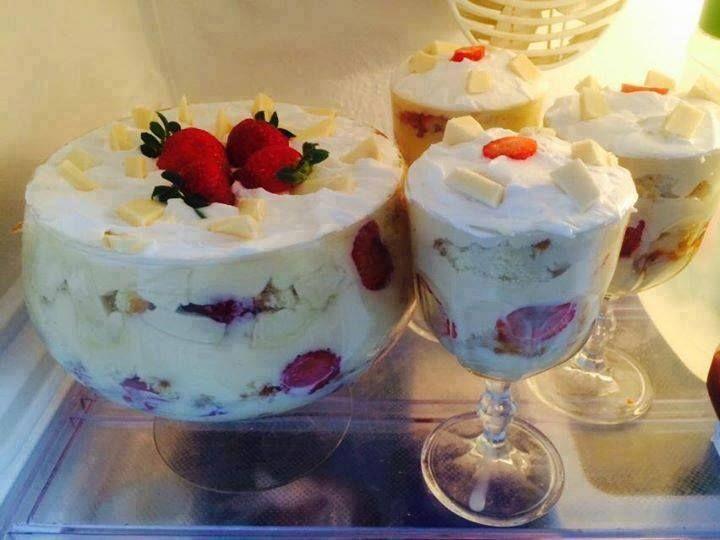 Bolo na taça Quer preparar uma sobremesa saborosa? Aprenda aqui, uma receita de taça de BOLO de morango com recheio que é uma delícia.  http://cakepot.com.br/bolo-na-taca/
