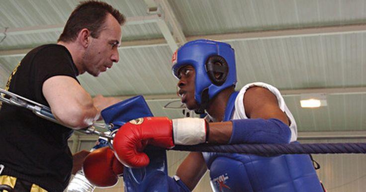 Dicas e treinamentos para kickboxing. Dicas de treinamento no kickboxing ajudam um lutador a aumentar a força e melhorar a velocidade de pé e mão. Kickboxers usam treinos para trabalhar as técnicas de chutes e socos, uma vez que usam ambos os tipos de ataques em uma luta. Treinar com um parceiro que tenha mais experiência ajudará um kickboxer a melhorar suas habilidades em um ritmo ...