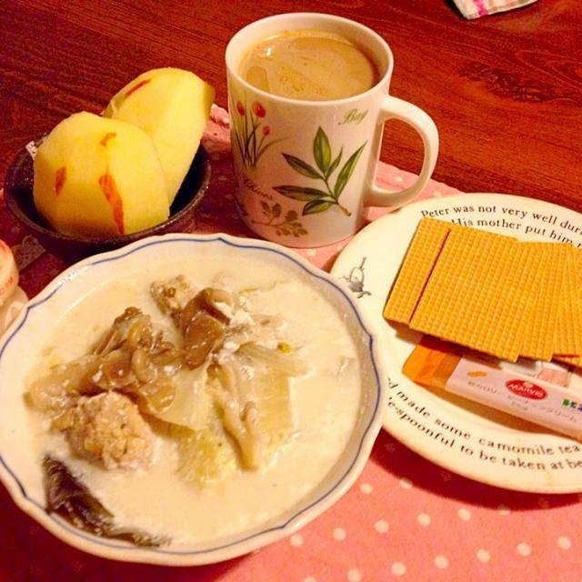 昨夜の塩柚子鍋リメイク  豆乳柚子スープ 一晩置いた鍋は凄く塩気がかんじられたので、 昆布出汁と豆乳と塩柚子合わせたスープがあったので、豆乳を投入w٩꒰。•◡•。꒱۶  これ、いいですよぉ。 とってもまろやか。 胡椒をガリガリしてどうぞ。 投入違った、豆乳塩柚子鍋もアリかな⁉️  それから昨日メイスイサンタさんから頂いた 糖質オフのいろいろのなかから、 大麦クラッカーとマービーのピーナッツクリームをいただきまーす。   塩柚子繋がりのゆっこさん メイスイさん 食べ友お願いしますねー。 - 42件のもぐもぐ - 塩柚子第3弾   豆乳と柚子のスープ    そしてメイスイさんに頂いたヘルシー大麦クラッカーとマービーのピーナッツクリーム by lalanoir