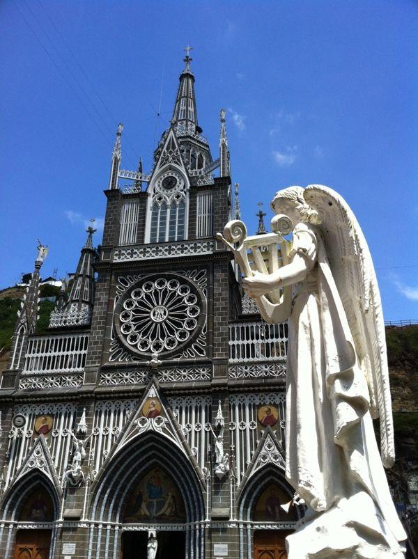 コロンビア ラスラハス教会は正面のファザードにはゴシック建築の特徴である薔薇窓が作られている