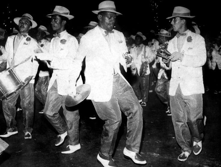 Calixto dos Anjos Filho, ritmista da Escola de Samba Império Serrano, era conhecido como Calixto do Prato por ter introduzido o uso de pratos metálicos como instrumento na bateria. Calixto no desfile do Império Serrano Rio de Janeiro, 1958.