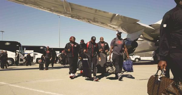 49ers depart for Pittsburgh on first road trip of 2015 - Niners Nation.  v@e.