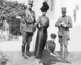 O Αντώνης Μπενάκης (αριστερά) και ο Αλέξανδρος Μπενάκης με τις αδελφές τους Πηνελόπη Δέλτα (καθιστή) και Αλεξάνδρα Χωρέμη, πριν από την αναχώρησή τους για το βαλκανικό μέτωπο,  1912.