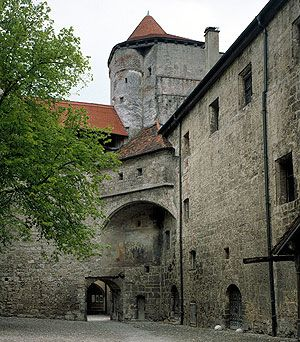 Burghausen Castle: : Inner castle courtyard, view of the castle keep