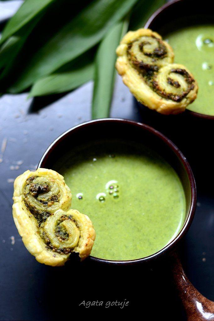 Zupa z czosnku niedźwiedziego i cukinii z palmierami