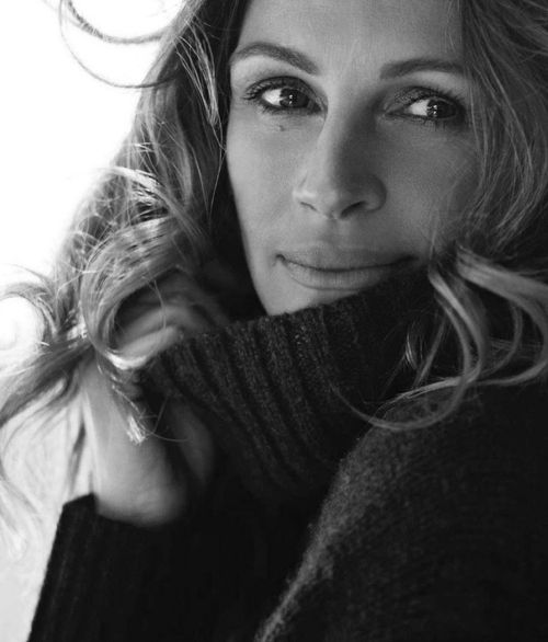 Julia Roberts in the perfect sweater, with messy hair.