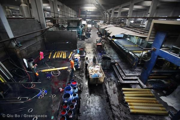 Inside a dyeing factory, Binhai Industrial Zone. Fabrics need to be washed after every dyeing process, approximately 4 times a day. © Qiu Bo / Greenpeace