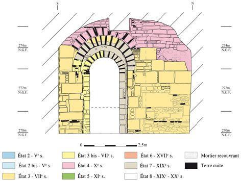 élévation de la Crypte St Irénée de Lyon (mur est), les ouvertures latérales d'abord assez larges (2m) furent rapidement réduites (1,40m).- ARCHITECTURE CAROLINGIENNE, 9: Le décor des édifices religieux se fait aussi par l'emploi d'éléments de l'architecture antique.